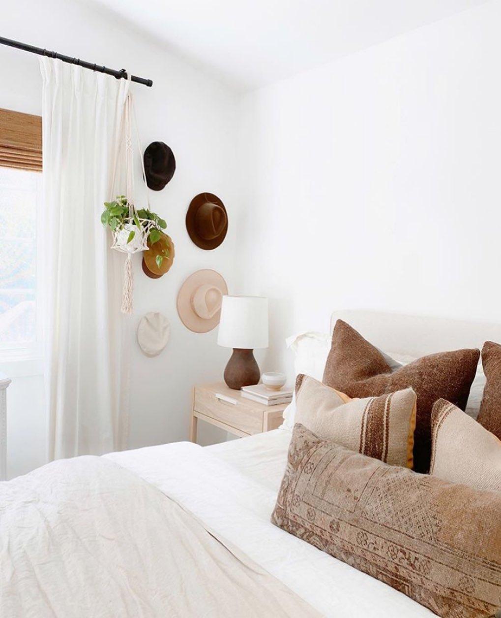 Аксессуары в белой спальне-3