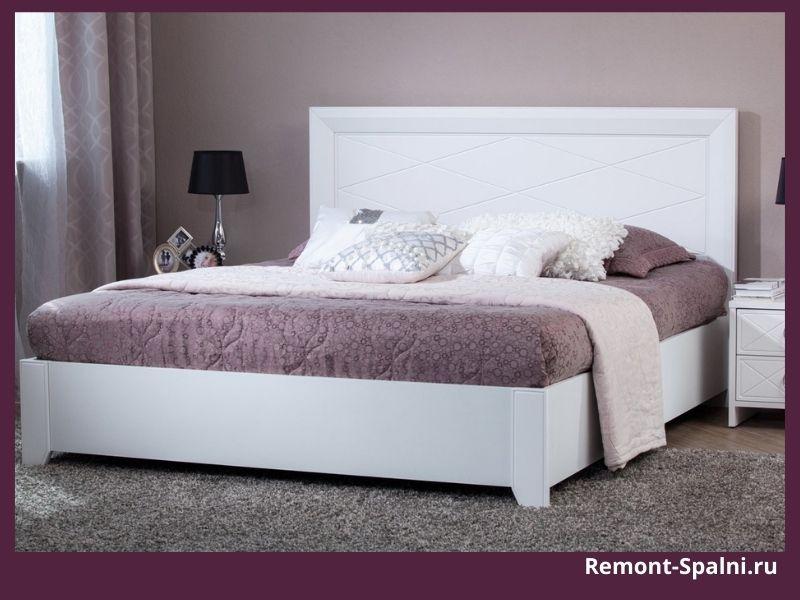 Фото белой кровати в спальне с фиолетовыми стенами
