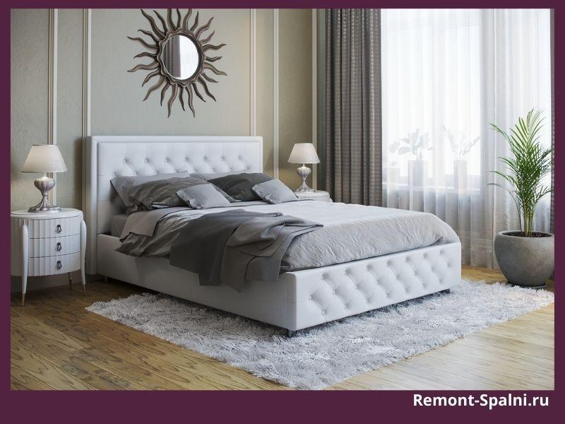 Белая кровать в интерьере спальни
