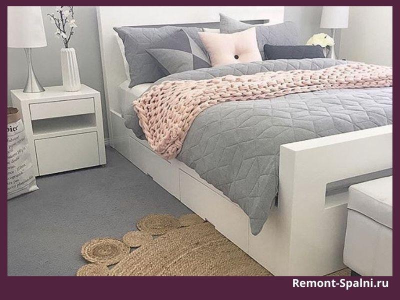 Фото спальни с белой мебелью и цветным полом, покрывалом и подушками