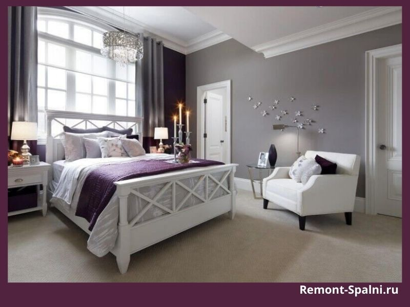 Фото спальни с белой мебелью и цветными стенами