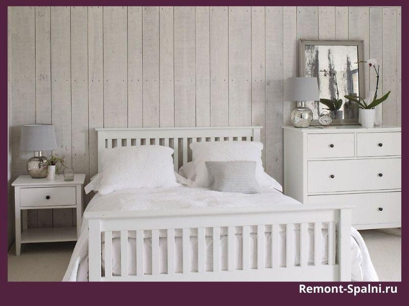 Фото спальни с белой мебелью и аксессуарами