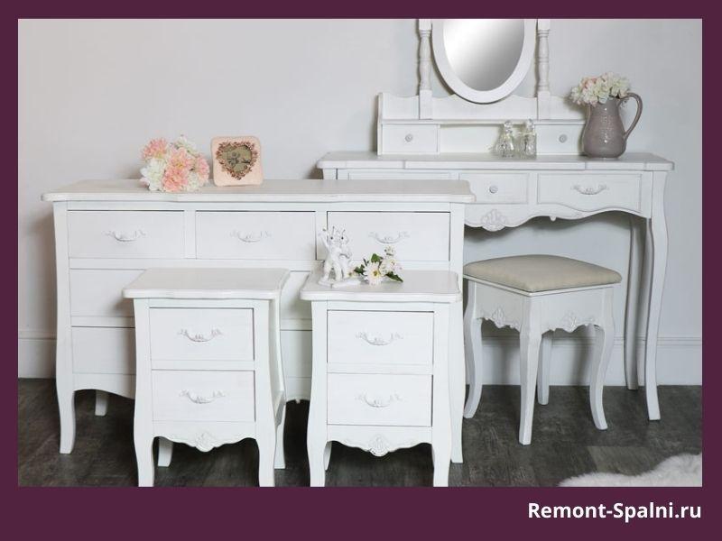 Фото белого туалетного столика с комодом и тумбочками
