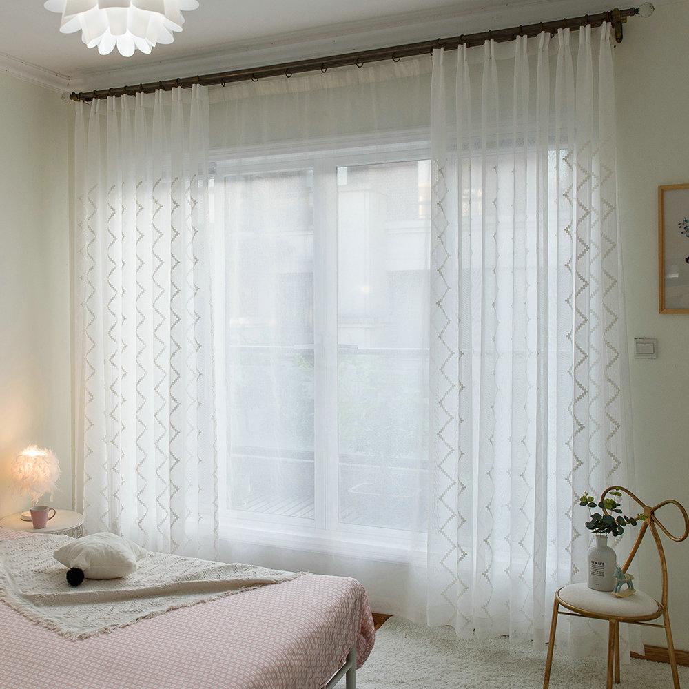 Белые шторы в белой спальне