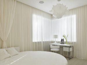 Белый тюль в белой спальне