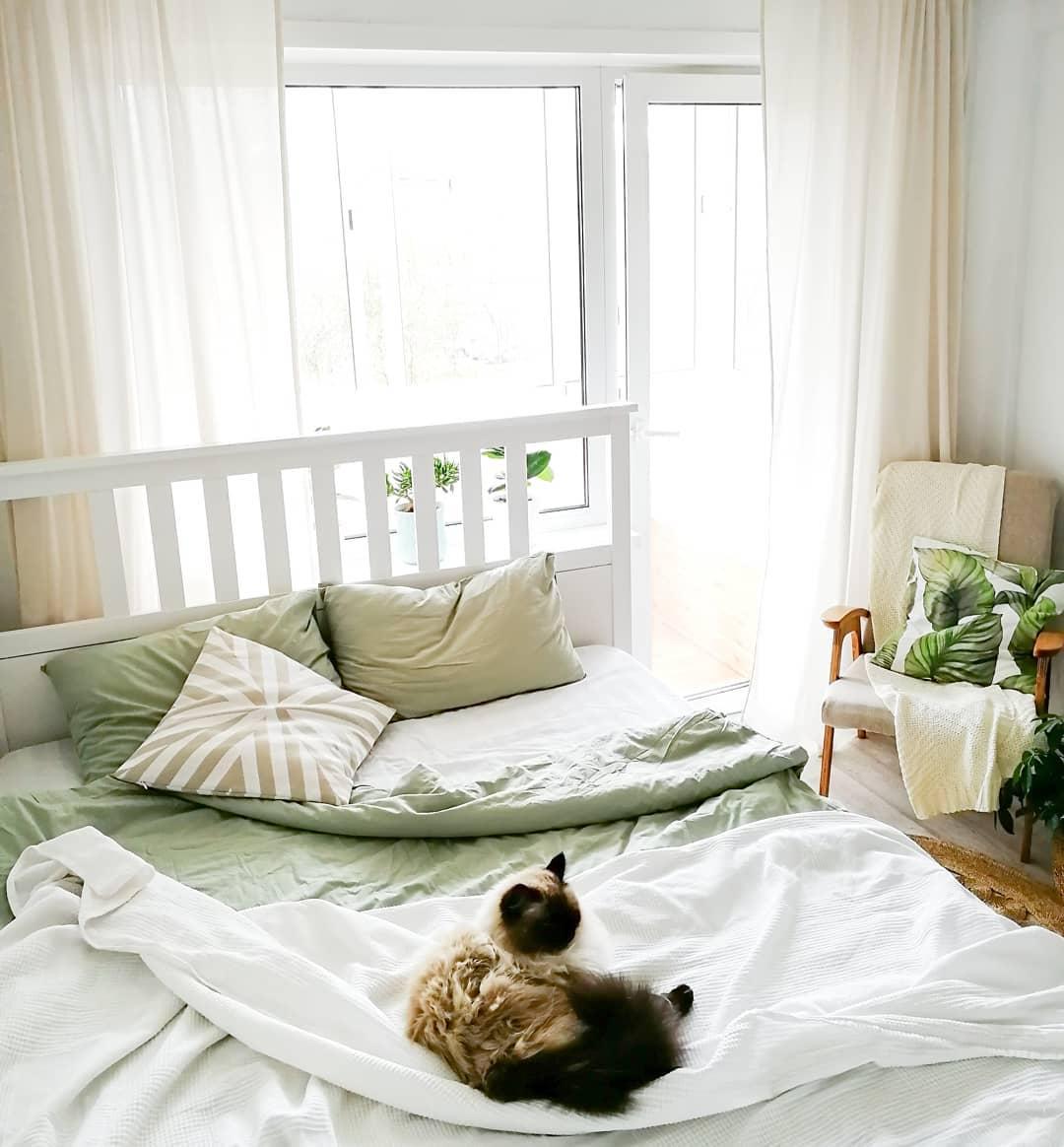 Шторы в белой спальне