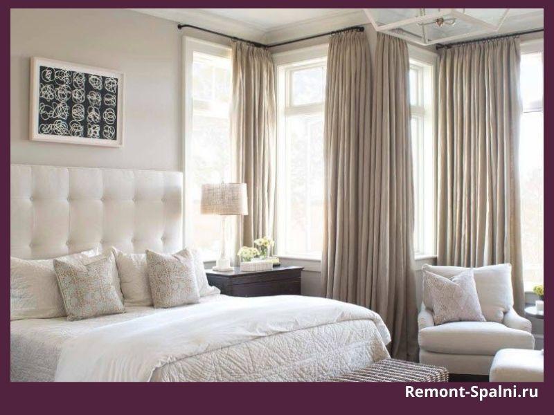Фото спальни с коричневыми шторами и белой мебелью