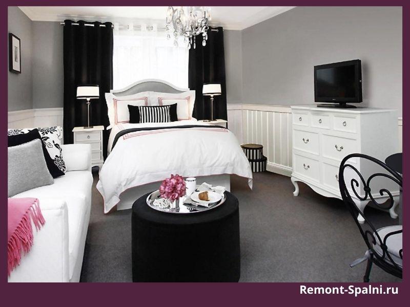Фото спальни с белой мебелью и черными шторами
