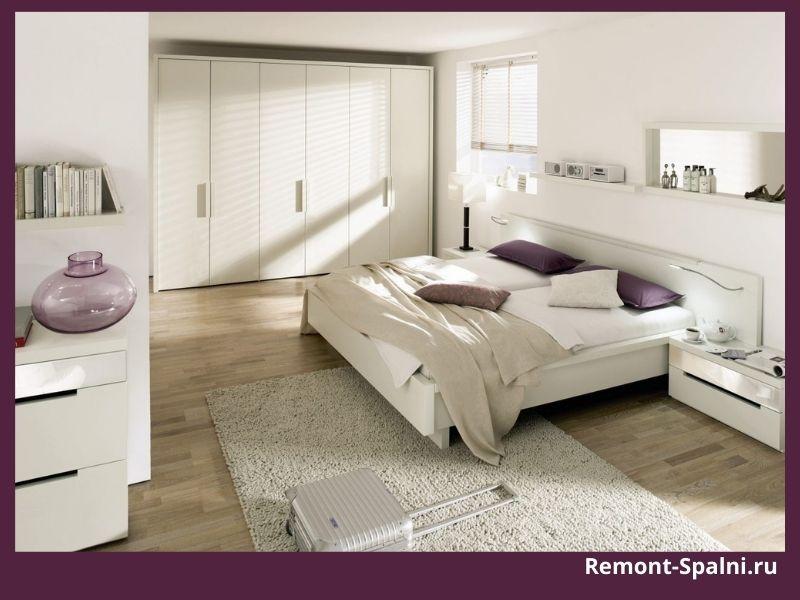 Фото просторной спальни с белой мебелью